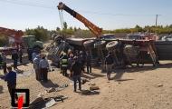 نجات راننده از تریلر واژگون شده حامل تیرآهن